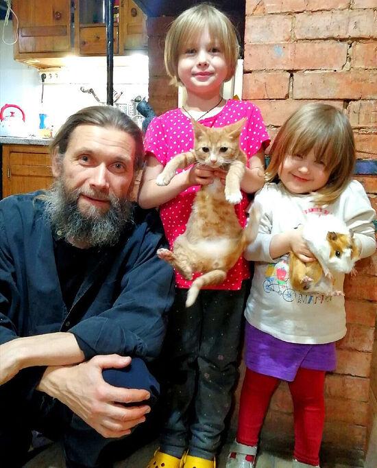 Priest Anatoly Savchuk with children