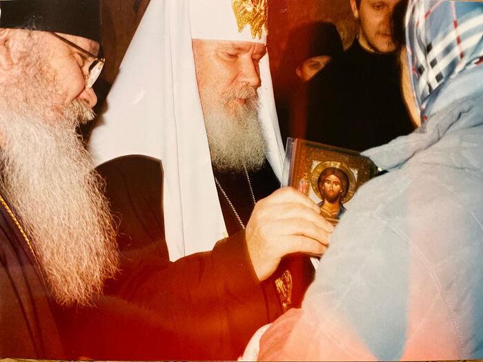 Патриарх Алексий II и Владыка Алексий (Фролов) благословляют иконой Катю и старшую дочку Евдокию в Новоспасском монастыре