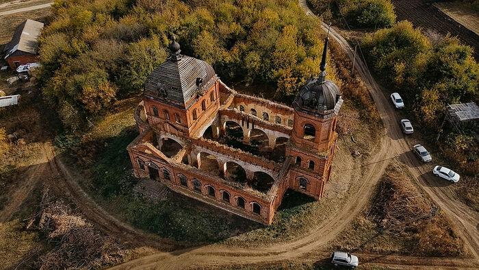 Зачем и почему священник восстанавливает разрушенный храм в деревне