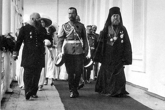 Николай II и архиепископ Ярославский и Ростовский Тихон во время визита царской семьи в Ярославль, 1913 год. Фото с сайта Commons.wikimedia.org
