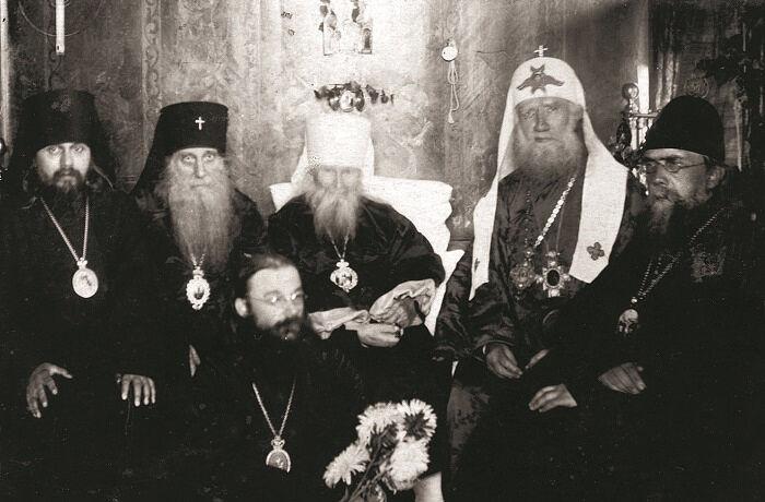 Слева направо: епископ Арсений (Жадановский), архиепископ Иннокентий (Соколов), епископ Алексей (Готовцев), митрополит Макарий (Невский), Святейший Патриарх Тихон, епископ Николай (Добронравов). Неизвестный фотограф, Москва, Николо-Угрешский монастырь, 21–22 августа 1924 года