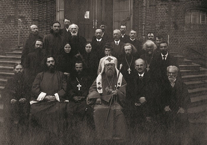 Святейший Патриарх Тихон в окружении духовенства. Второй слева в нижнем ряду: архидиакон Константин Розов. Неизвестный фотограф, Москва, 1921 год