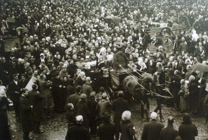 Патриарх Тихон благославляет народ. Фото с сайта https://foma.ru/