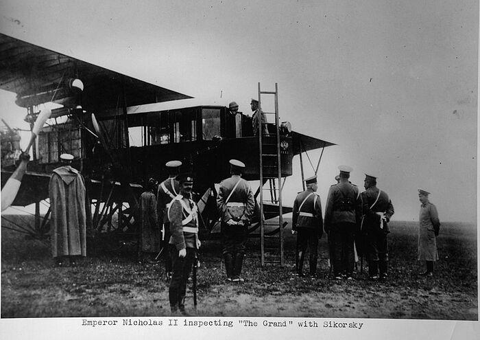 Посещение самолёта Николаем II — И.Сикорский рядом с императором. 1913 г.