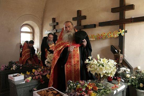 Ο πατήρ Μιχαήλ στο παρεκκλήσι των νεομαρτύρων