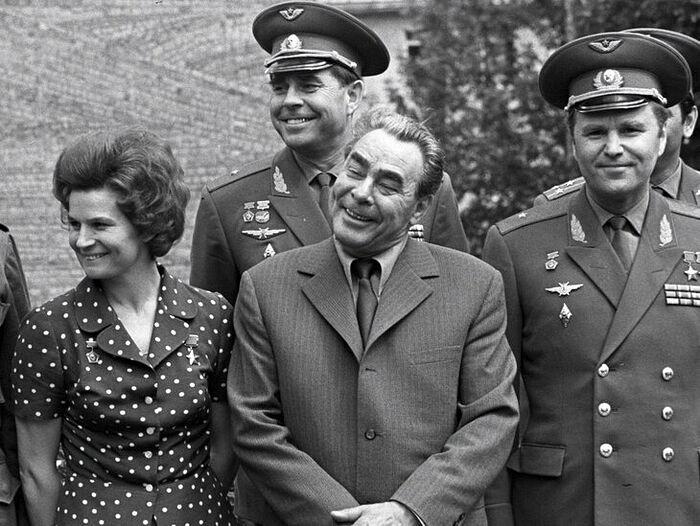 Г.Т. Береговой во втором ряду, позади Л.И. Брежнева