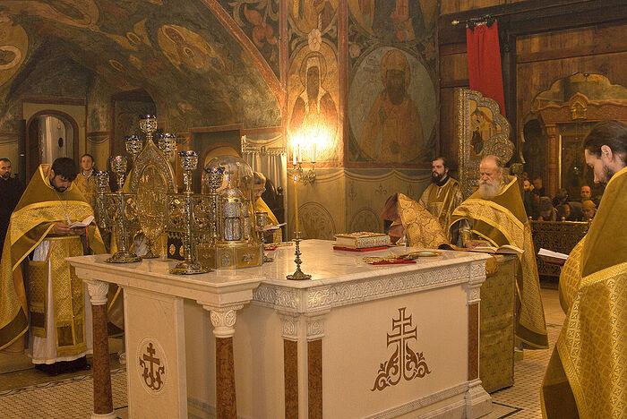 Θεία Λειτουργία στο Μοναστήρι Σρετένσκυ τής Μόσχας. Ο Αρχιμανδρίτης Γαβριήλ βρίσκεται στο θρόνο. Φωτογραφία: A. Ποσπέλοφ / Pravoslavie.Ru