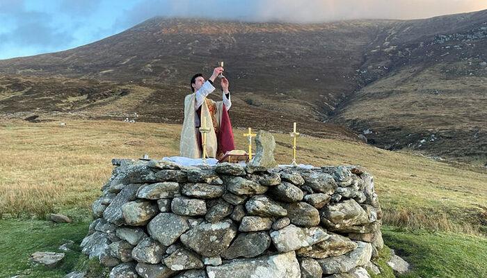 Ο Ρωμαιοκαθολικός ιερέας Τζεράρντ Κβιρκ τελεί στις 4 Απριλίου 2021 τη Θεία Λειτουργία στα βράχια μετά από κυβερνητική απαγόρευση των ιερών ακολουθιών στην Ιρλανδία. Πηγή: cruxnow.com