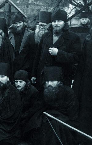 Ο πατήρ Θεράπων στην κάτω σειρά δεξιά
