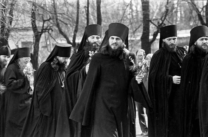 Ο πατήρ Βασίλειος με τους αδελφούς. Πάσχα του 1990.