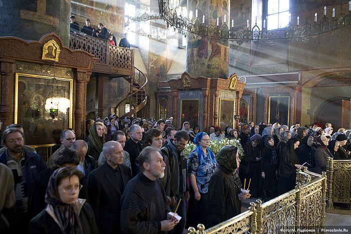 Ιερή Ακολουθία τη Μεγάλη Παρασκευή στην Ιερά Μονή Σρέτενσκιϊ. Φωτογραφία: Μ.Ροντιόνοβ / Pravoslavie.ru
