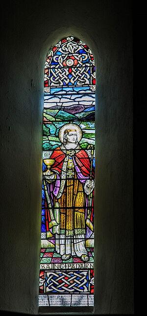 Витраж с изображением св. Патерна (Падарна) в церкви д. Лланбадарн-Фор, Уэльс (любезно предоставил - Canon Andrew Loat)
