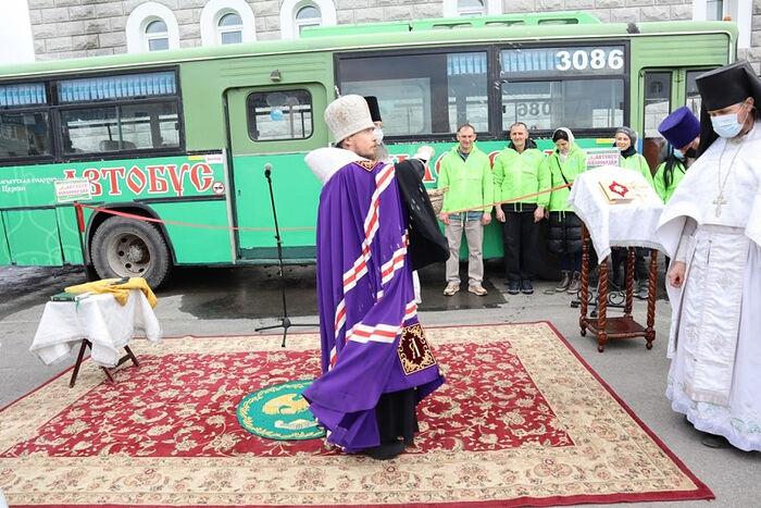 Архиепископ Петропавловский и Камчатский Феодор совершает освящение «Автобуса милосердия»