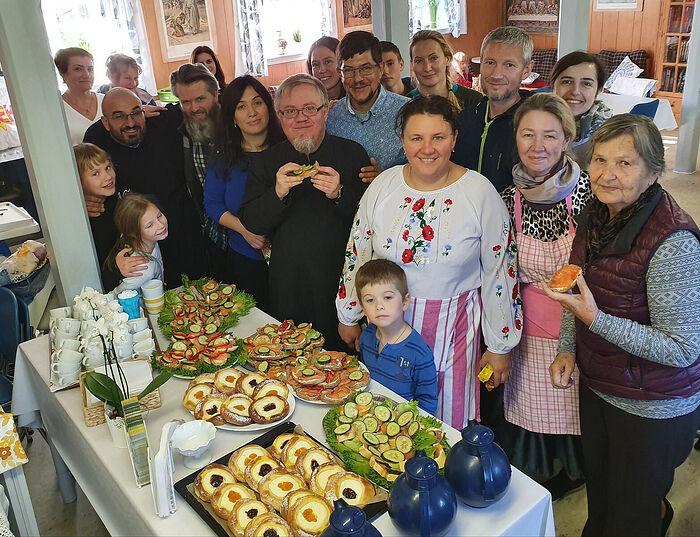 Священник Димитрий Останин с прихожанами