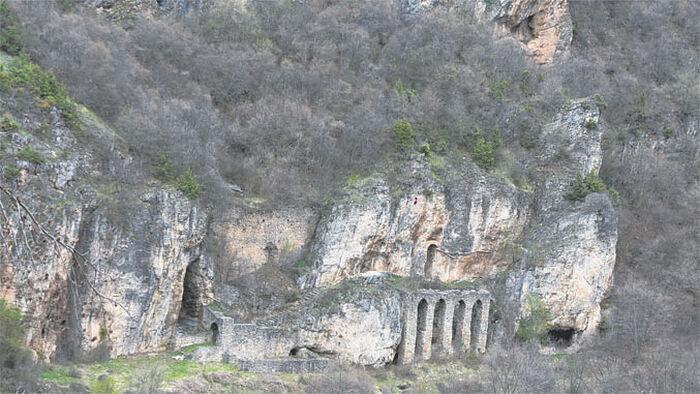Албанска застава постављена над манастиром и пећином (Фото Ж. Ракочевић)