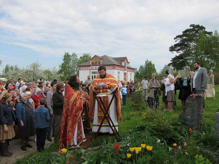 Панихида у памятника на территории храма Казанской иконы Божией Матери в Пучково