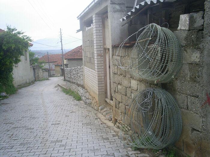Фото Ораховца, разделенного колючей проволокой