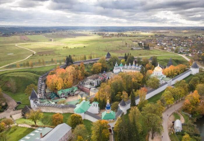 Псково-Печерский монастырь приглашает трудников на весенне-летний период