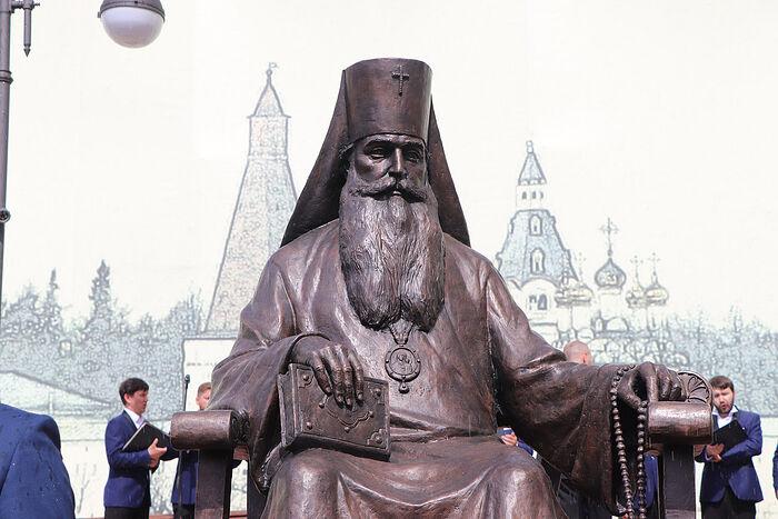 Памятник митрополиту Волоколамскому и Юрьевскому Питириму (Нечаеву) в Волоколамске