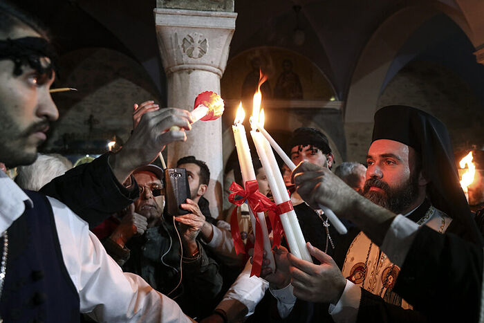 Η αφή του Αγίου Φωτός στον Ιερό Ναό του Παναγίου Τάφου στα Ιεροσόλυμα. Φωτογραφία: Yorgos Karahalis/AP/TASS