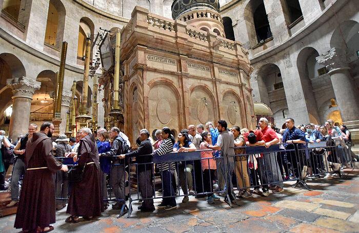 Τουρίστες και προσκυνητές στον Ιερό Ναό του Παναγίου Τάφου. Φωτογραφία: Debbie Hill/Imago/TASS