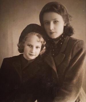 Моя свекровь, Тамара Брилева (слева), с сестрой