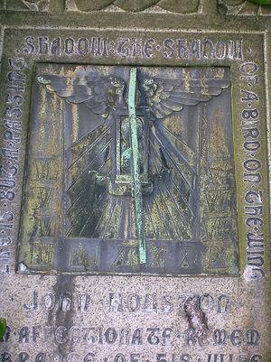 Солнечные часы на могиле рядом со старой церковью Килбирни в Шотландии