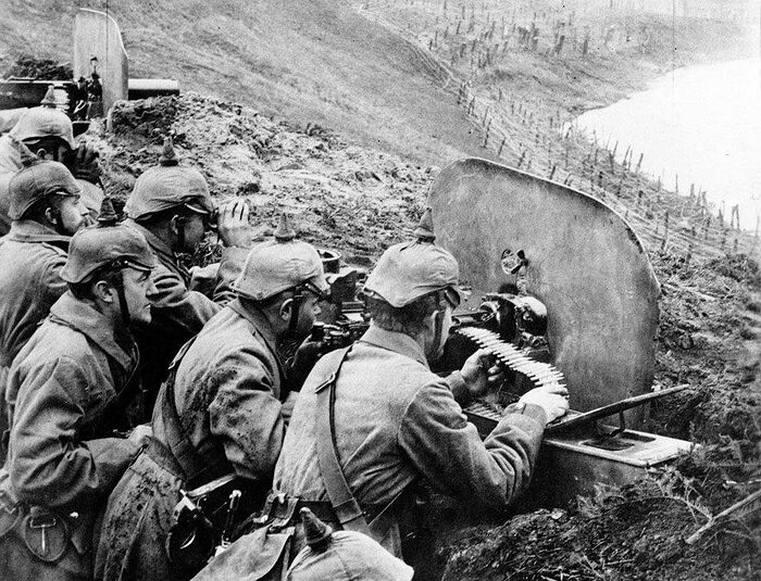 Немецкие пехотинцы направляют пулеметы на русских из траншеи на реке Висла в 1916