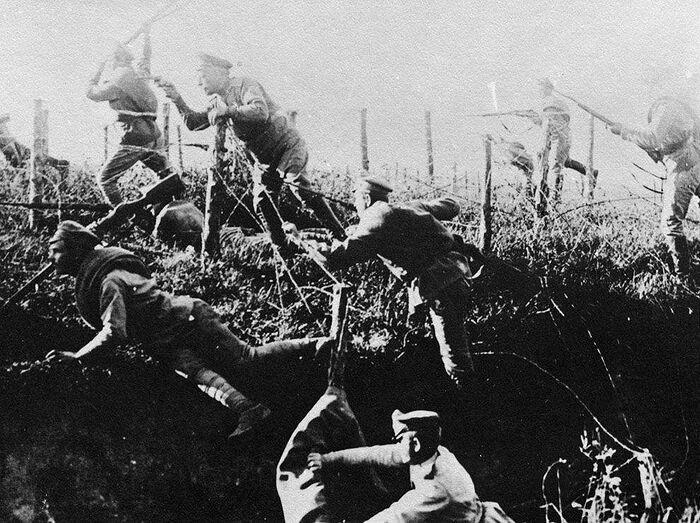 Русские солдаты преодолевают проволочные заграждения