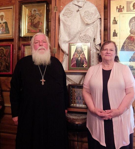 Протоиерей Стефан Павленко с матушкой Татьяной у облачения святителя Иоанна