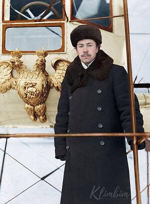 Игорь Сикорский возле своего самолёта «Русский витязь»