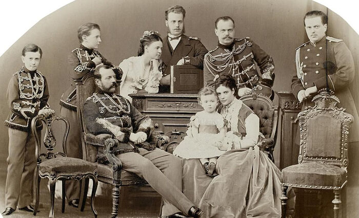 Александр II, Александр III и Мария Федоровна с Николаем II на руках