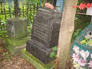 Надгробие Николая Касимовича Казем Бека с надписью «Скончался в 1888 году в возрасте 72 лет»