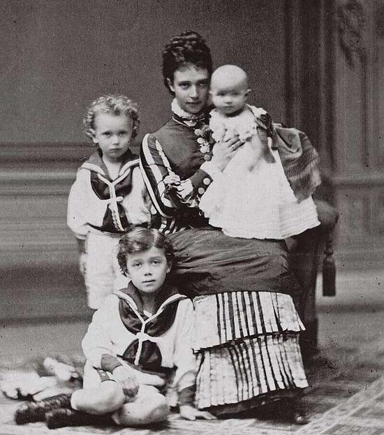 Мария Федоровна с детьми, 1875 год