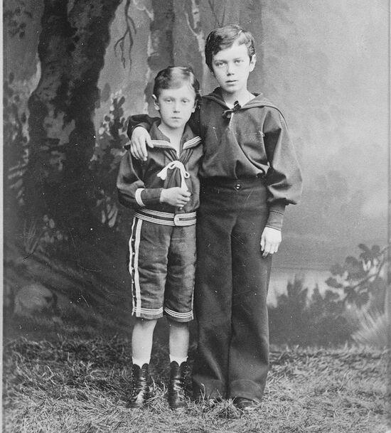 Будущий Император Николай II (справа) и его брат Георгий Александрович