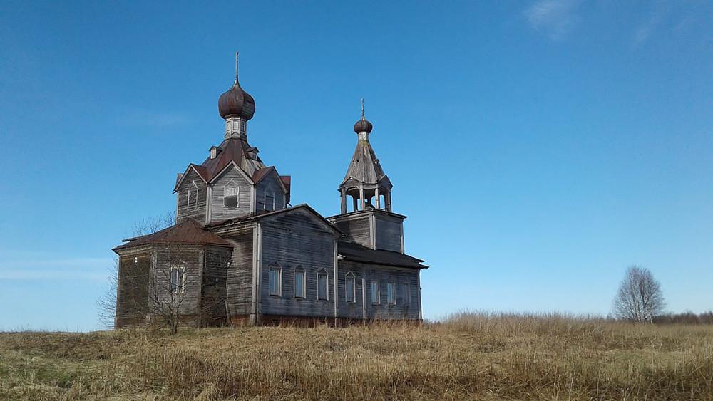 Ο Ιερός Ναός της Ζωοποιού Τριάδος, στο χωριό Μόντινο