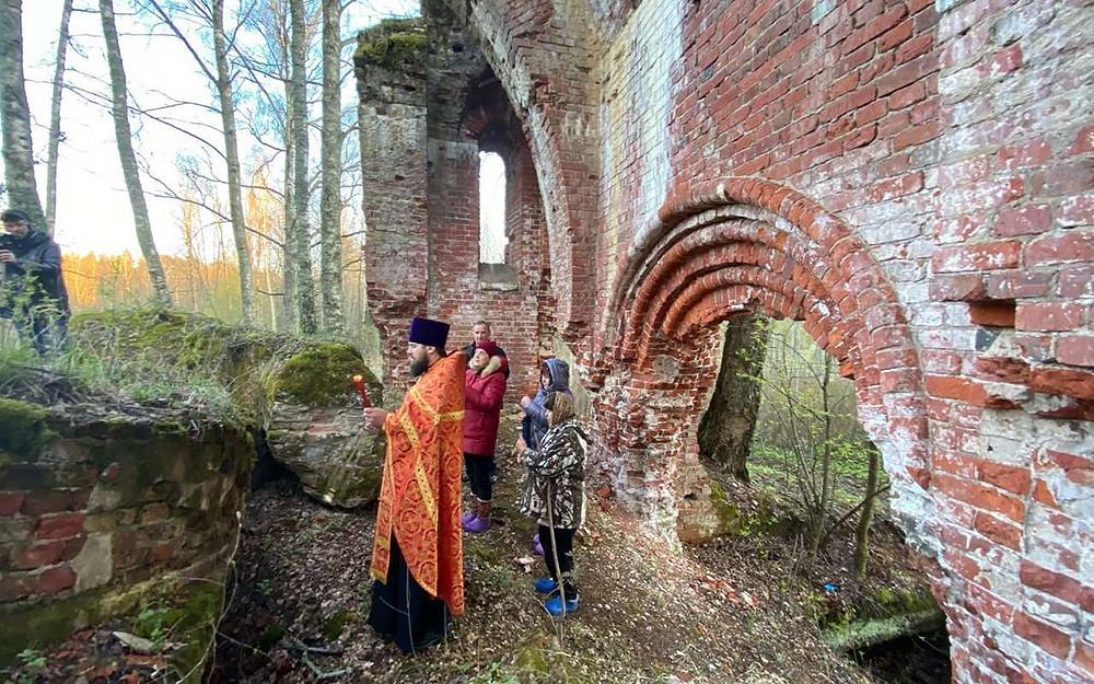 Ο Ιερός Ναός Κοιμήσεως της Υπεραγίας Θεοτόκου, στην αγροικία Οστροβκί