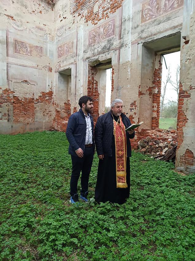 Ο Ιερός Ναός της Ζωοποιού Τριάδος, στο χωριό Κομάρεβο