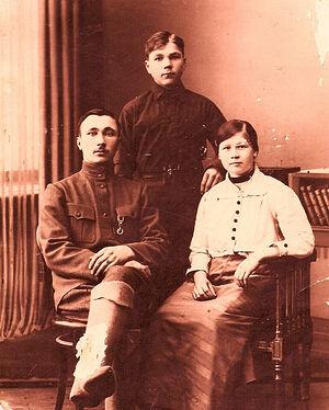Родители мамы сидят - бабушка Фекла Егоровна и дед Федор Михайлович Архипов. Стоит его брат Иван Архипов. Мужчины - потомки рода Ломоносовых
