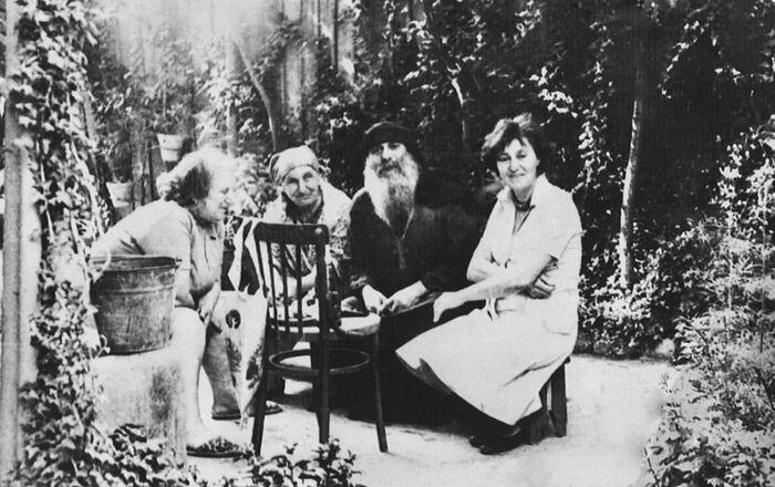 Справа налево: младшая сестра о. Гавриила Джульетта Михайловна, старец Гавриил, мать о. Гавриила Варвара, старшая сестра старца Эмма