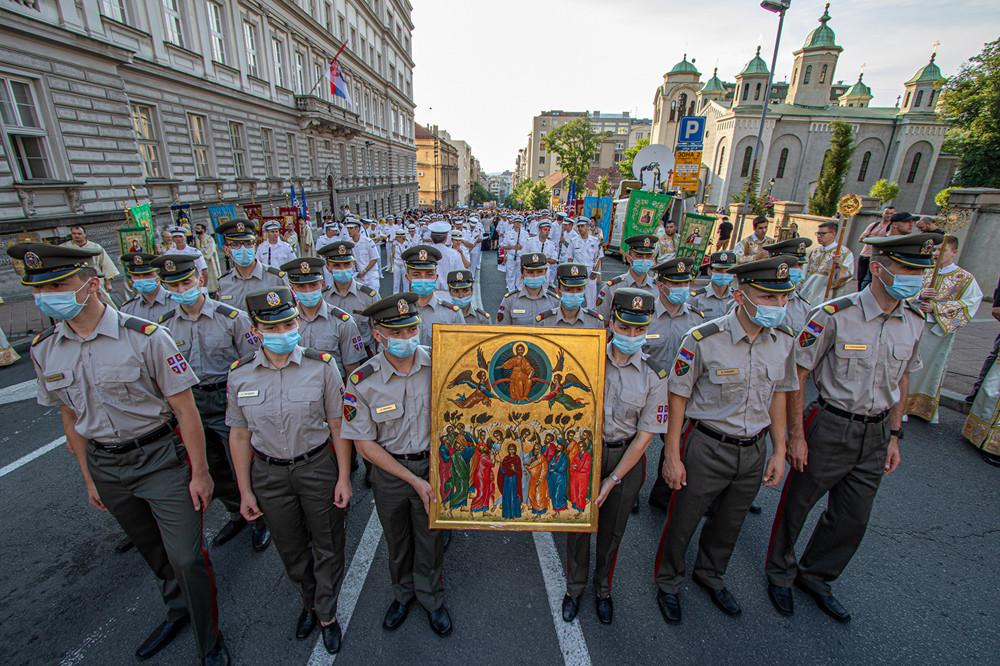 Εκπρόσωποι των Ενόπλων Δυνάμεων της Σερβίας με την εικόνα της Αναλήψεως του Κυρίου