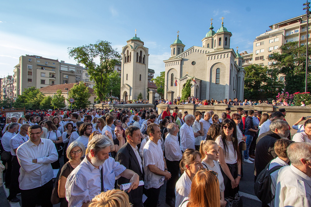 Πιστοί, πριν από την έναρξη, έξω από τον Ιερό Ναό της Αναλήψεως του Κυρίου στο Βελιγράδι