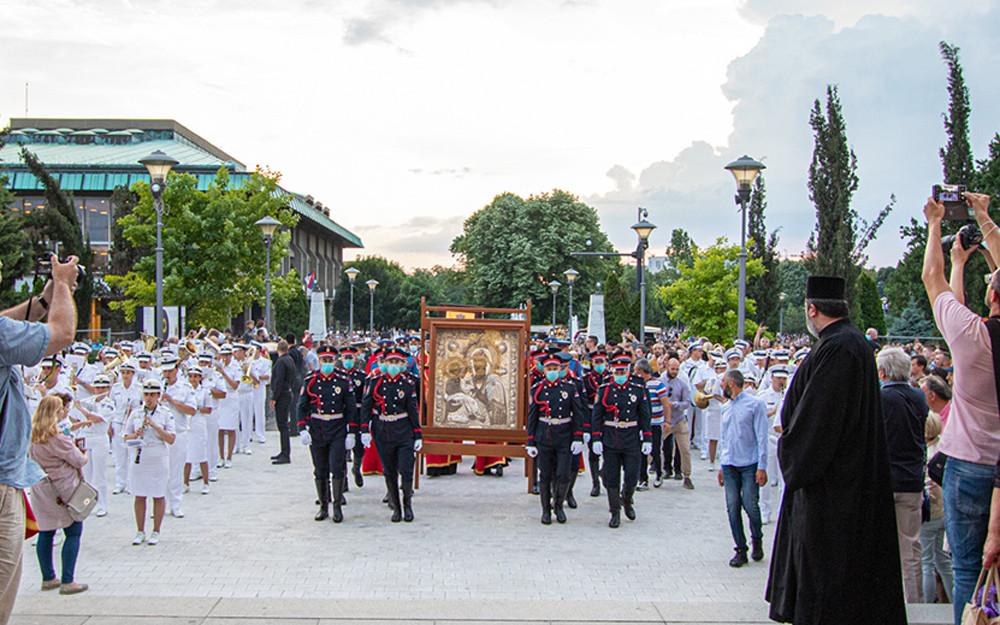 Στην πλατεία μπροστά από τον Ιερό Ναό του Αγίου Σάββα