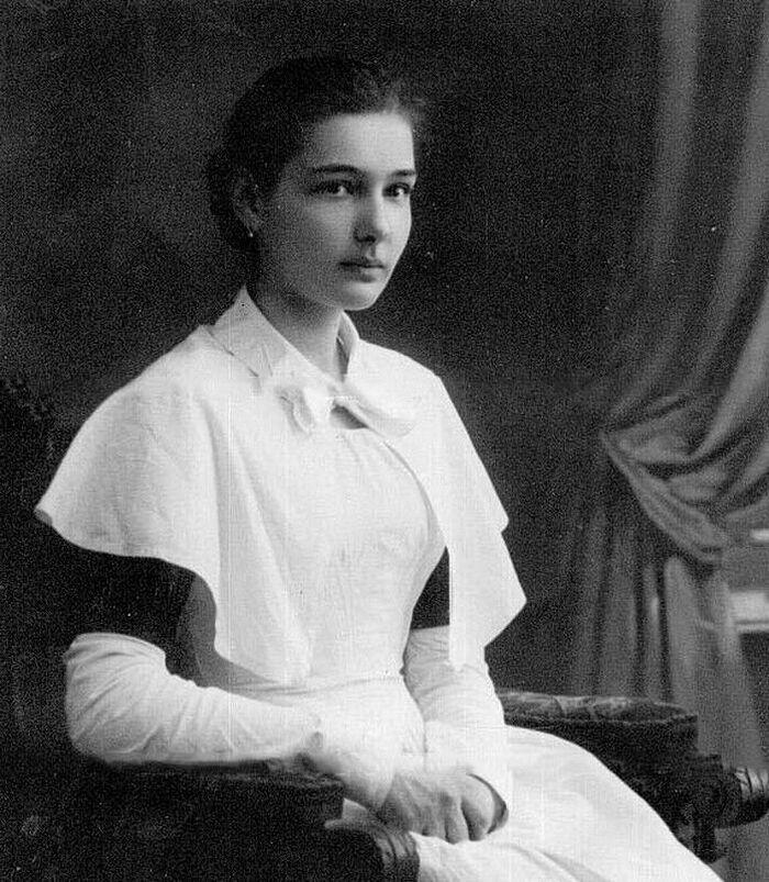 Елена Столыпина в форме воспитанницы Смольного 1910-1913 гг.