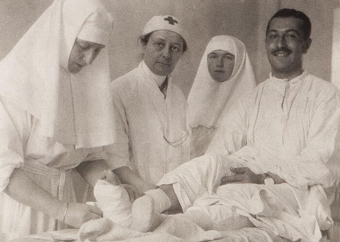 Царица Александра Фјодоровна, В. И. Гедројц, велика кнегиња Олга, поручник Једигаров. Царскоселска дворска војна болница. Јесен 1914. г.
