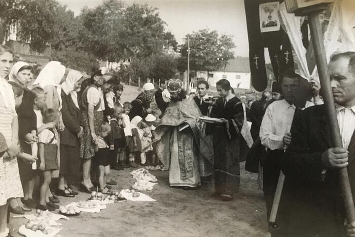 Русские беженцы в лагере Фишбек, 1948 год. Освящение пасок