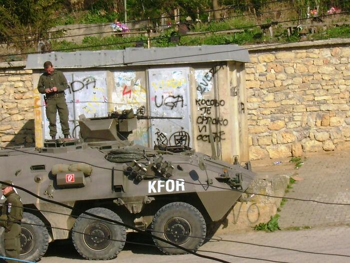 Солдаты КФОР на дежурстве в анклаве