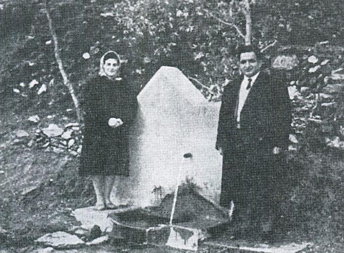 Ангелос Раллис и его супруга Василики перед святым источником древнего монастыря