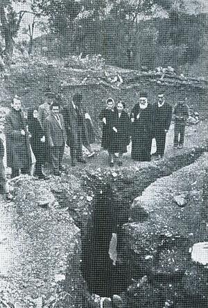Митрополит Иаков на месте археологических раскопок.