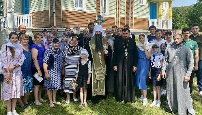Ο Μητροπολίτης Βαρσανούφιος με ενορίτες της διωκόμενης κοινότητας της Ουκρανικής Ορθόδοξης Εκκλησίας, στο χωριό Σεβτσένκοβο. Φωτογραφία: eparhia.vinnica.ua